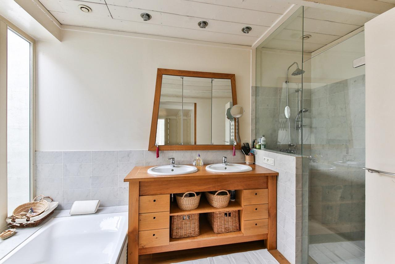 dom-wyposazenie-lazienek-umywalka-lustro-prysznic-wanna