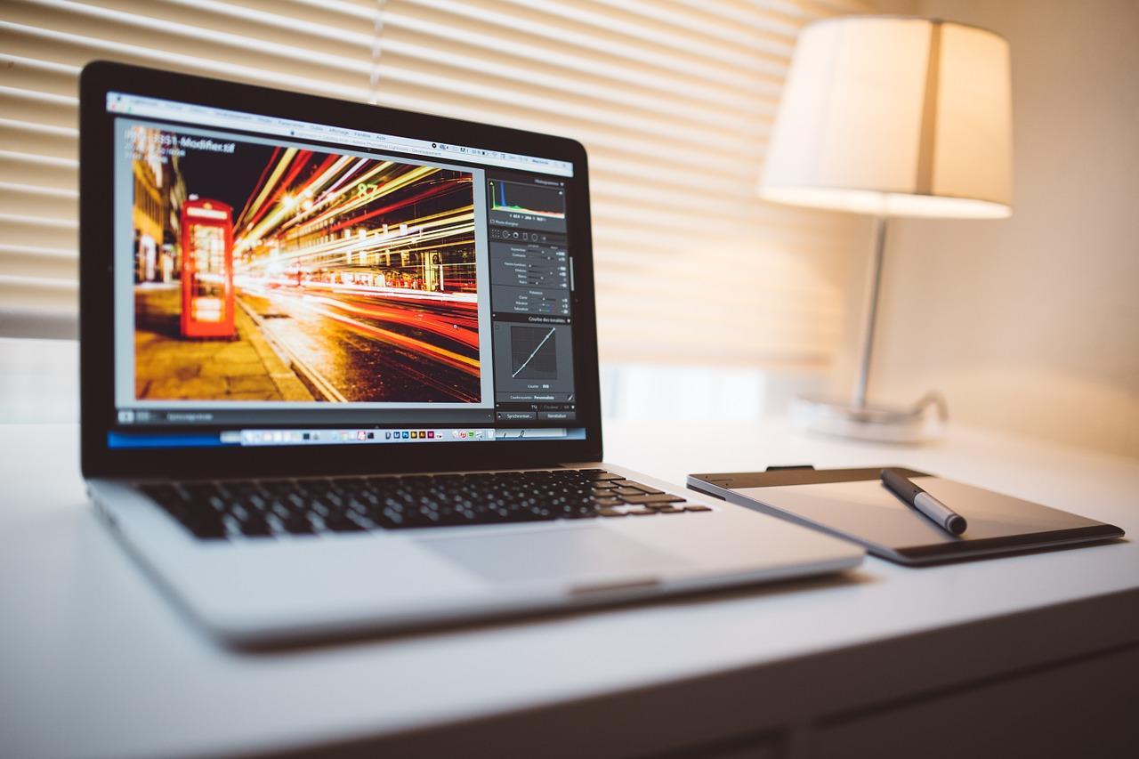 technologia-sprzet-komputerowy-laptop-1