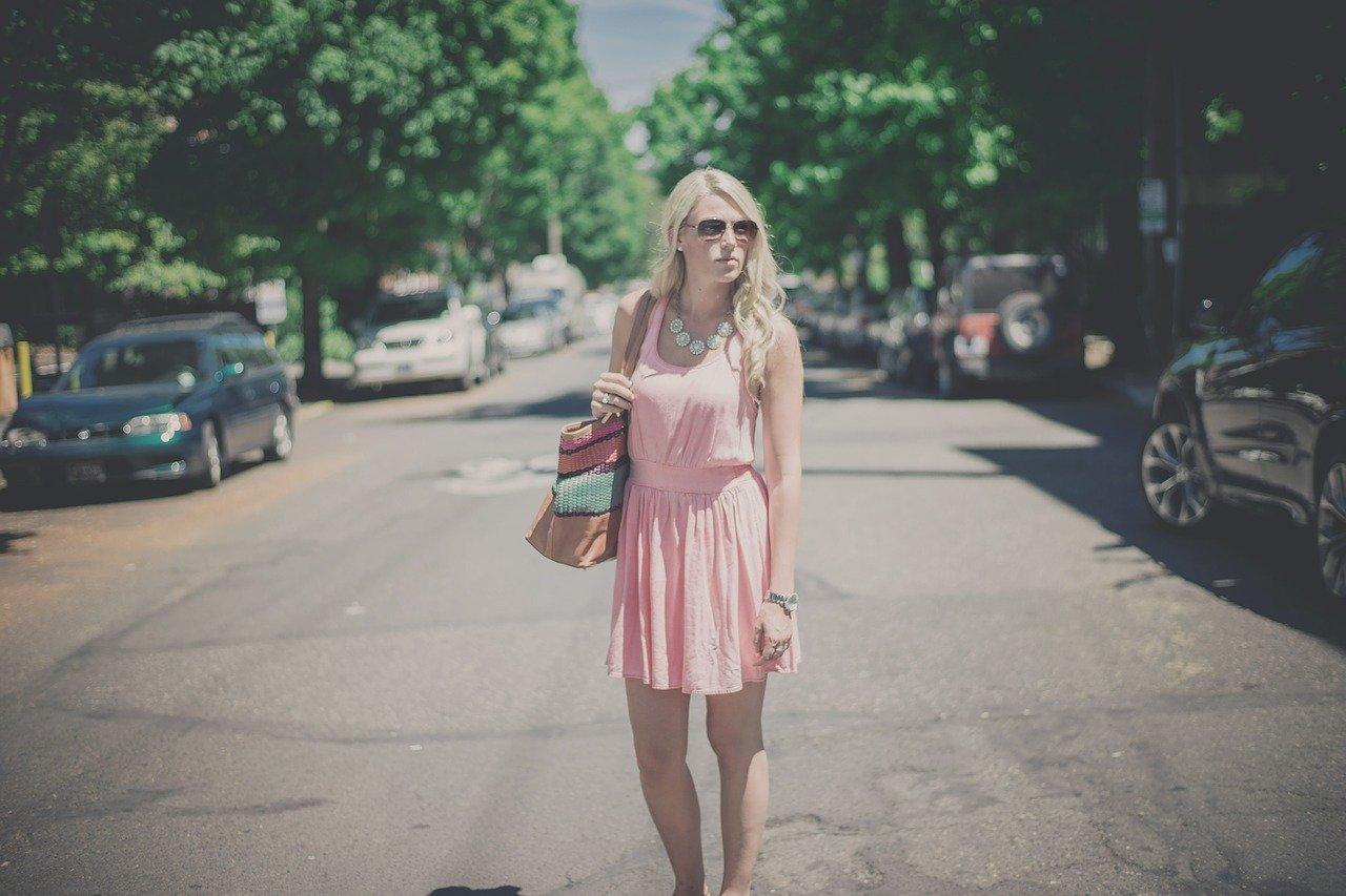 moda-sukienka-torebka-okulary-przeciwsloneczne