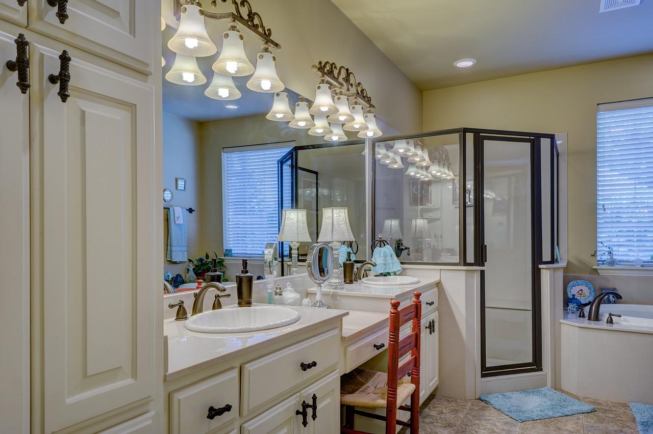dom-lazienka-kabina-prysznicowa-duze-lustro-toaletka