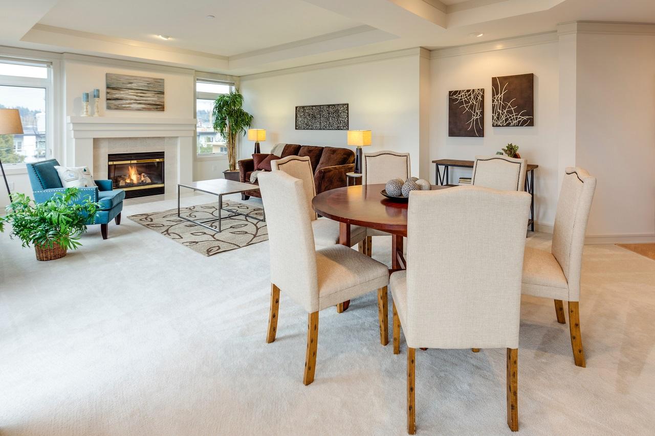 mieszkanie-dywan-meble-krzesla-kominek-salon-jadalnia-