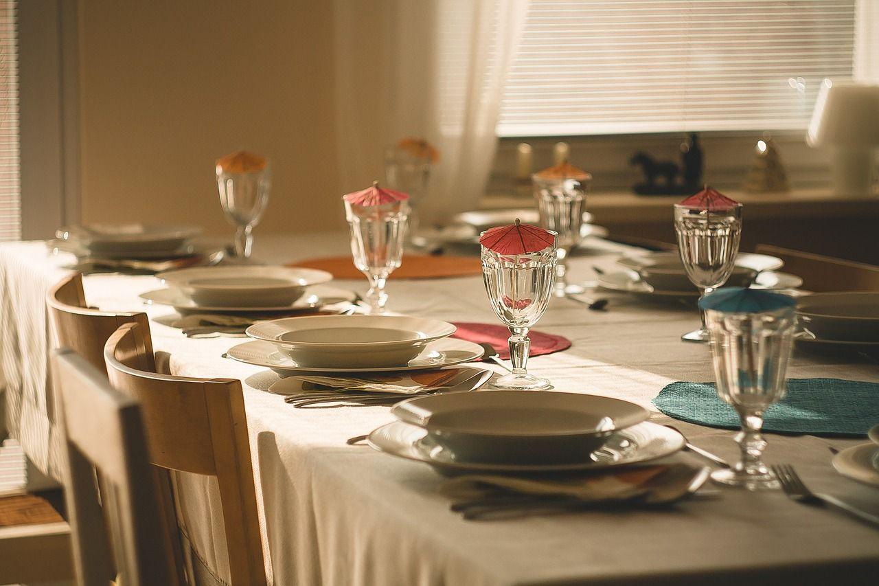 stol-talerze-zastawa