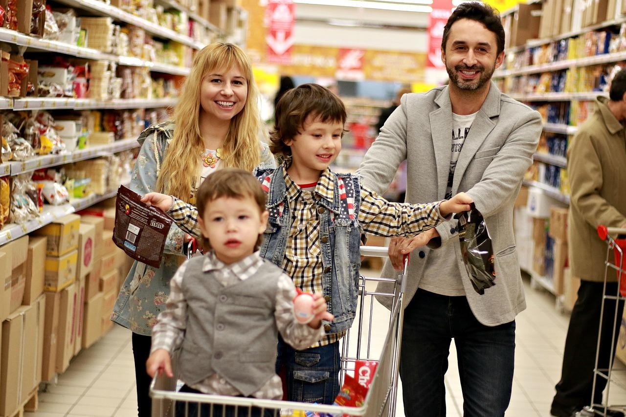 biznes-sklep-spozywczy-rodzinne-zakupy-wozek-sklepowy-na-kolokach